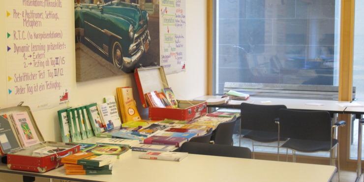 Foto Seminarraum mit Büchern